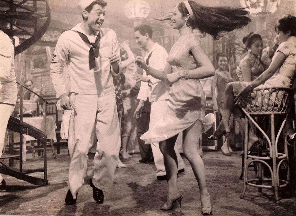 電影《蘇絲黃的世界》在西方頗受歡迎,香港酒吧接續開張,灣仔與尖東一帶,每條街可有上百間。酒吧當年的主要客源是軍艦上水手及士兵,可以說是「發戰爭財」。