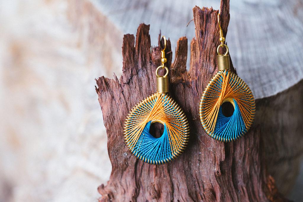 每雙耳環都由婦女們親手編製,手工非常細緻。