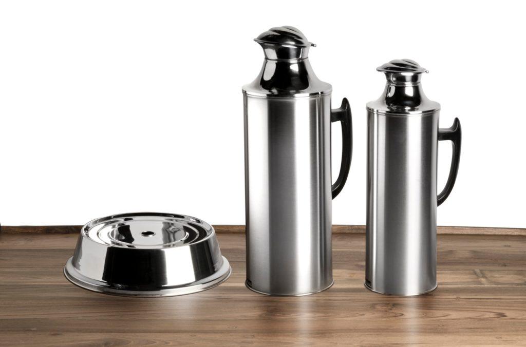 早在半世紀前推出的不鏽鋼鷲嘴玻璃膽保溫壺和不鏽鋼餸蓋,如今看來一點也不過時,反映當時先進的製作工藝。