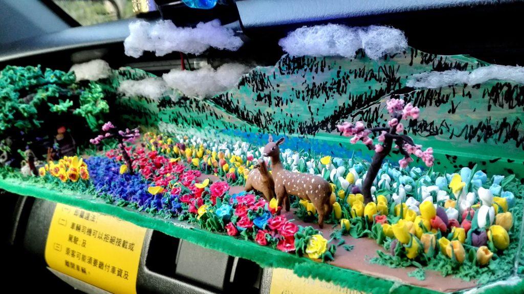 良哥認為製作場景最重要是顏色鮮艷,這片日本花田有櫻花、康乃馨還有玫瑰,一絲不苟。(受訪者提供)