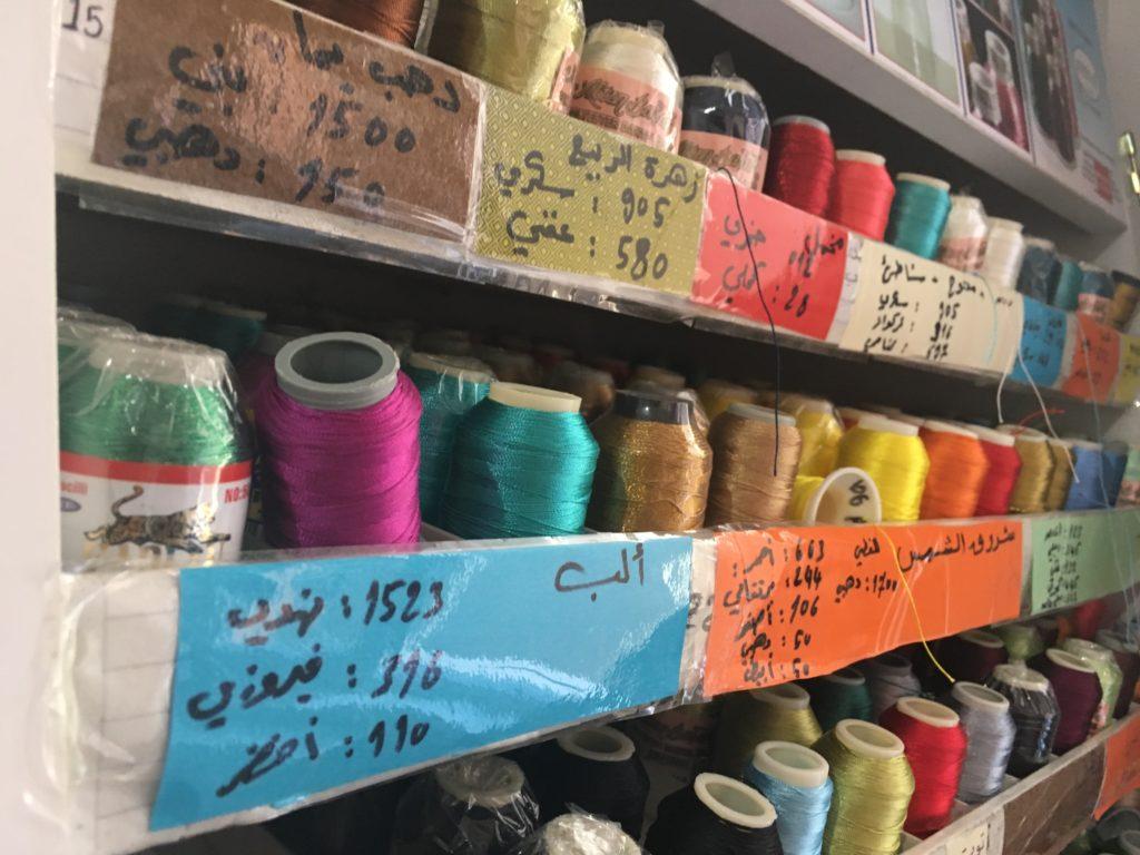 工場內分門別類放好線料,以阿拉伯文寫上編號,方便不懂英文的編女工作。(受訪者提供)