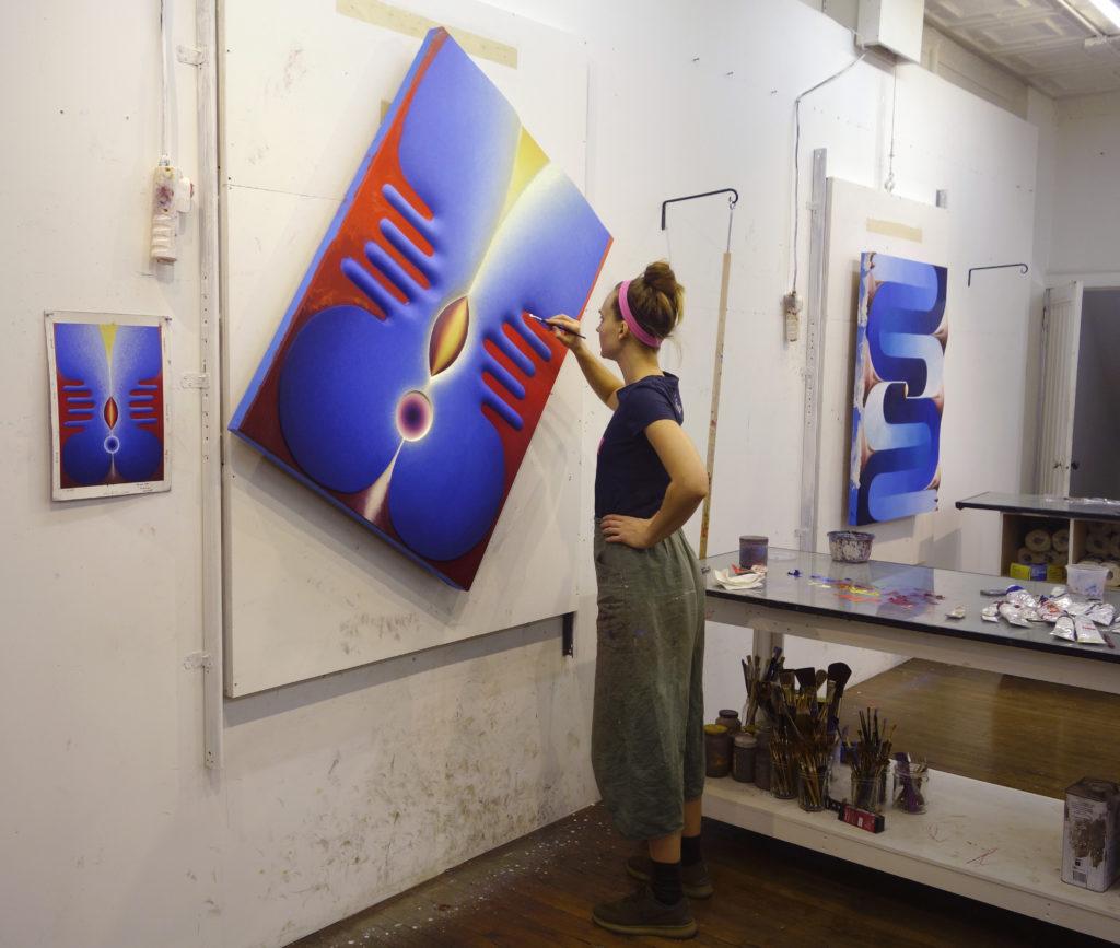 於工作室繪畫的Loie,利用可旋轉的裝置方便她畫出幾何線條的畫作。