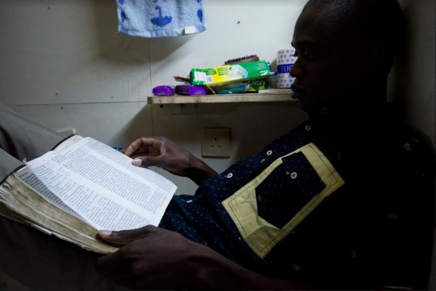 每當失意時,他會讀從不離身的聖經,翻得爛爛的。