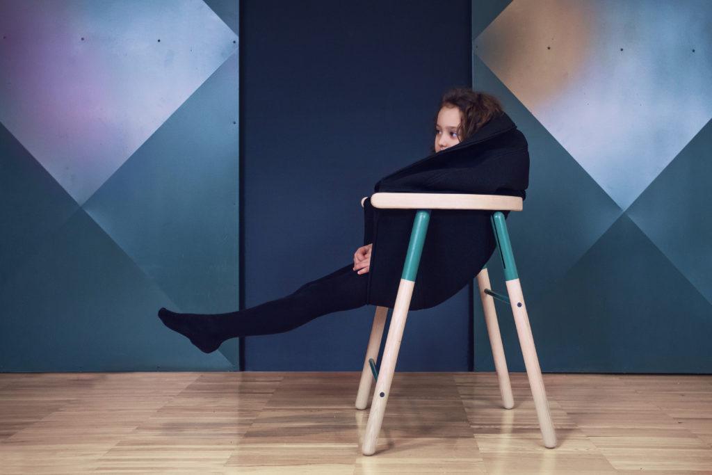 坐在椅子內,拉起布,就能把自己藏起來,孩子也需要一些私人空間。