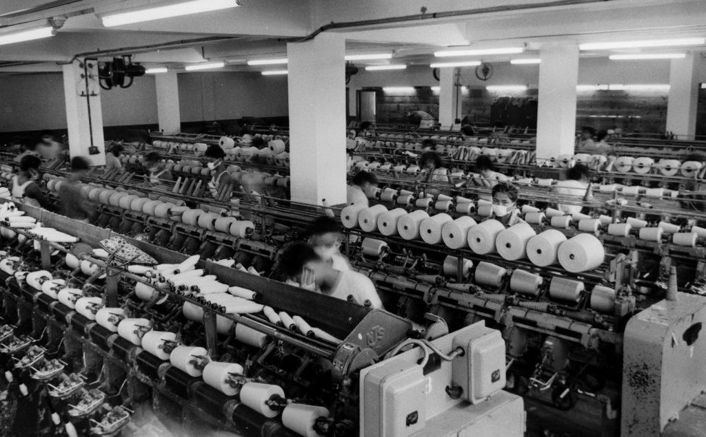 六十年代的紗廠,雖然也運用大量紡紗機器,但依然需要龐大的人手,而且一天三班,有些女工更會做足兩班。