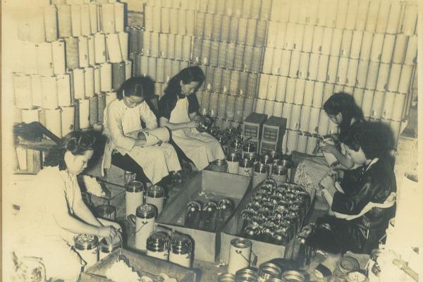 唯一廠是少數零件自給自足的工廠,圖為裝配部,把不同零件按訂單需要,組合成各款水壺。