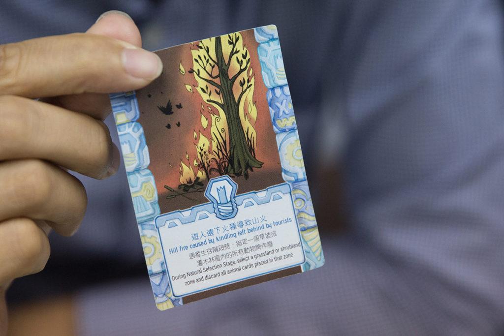 其中一個功能牌是「遊人遺下火種導致山火」,Janice指,香港氣候本應不會出現天然山火,而香港所有山火都是人為的,這原因阻礙了次生林生長。