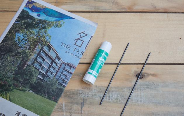 製作紙筆的材料非常簡單,只需報紙、漿糊筆和鉛筆芯就能可以。大家更可選用顏色筆芯製作顏色筆。