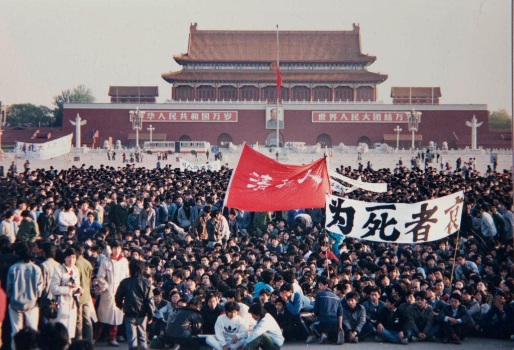 1989年4月22日,約十萬學生在天安門廣場靜坐。
