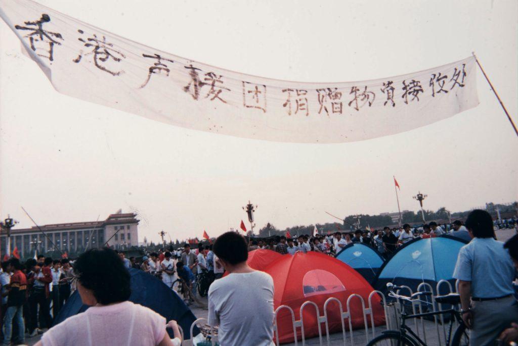 香港人在廣場設捐贈物資站