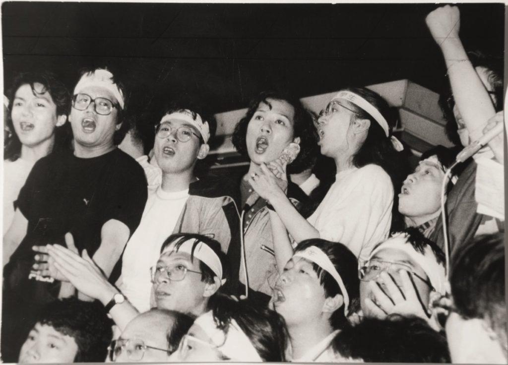 5月21日集會上,劉千石( 左一) 與歌星梅艷芳等合唱愛國歌曲。