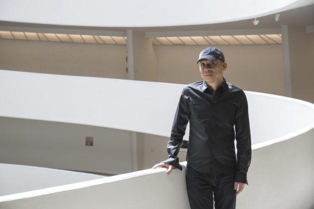 林一林,1964年生於廣州,他致力於特定場域的創作,關注社會、政治、經濟、科技的轉變,從中反思自我身份。目前在紐約和北京生活。