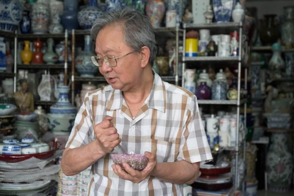 譚師傅教:陶瓷用色前要調色,要像磨芝麻糊一樣,磨至幼糊狀。