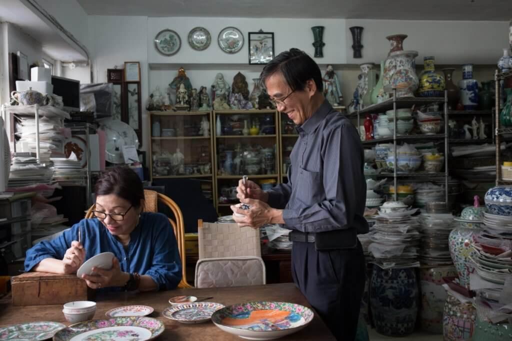曹志雄和葉正嬌在磁廠結緣,四十年來互相 扶持,攜手共度。