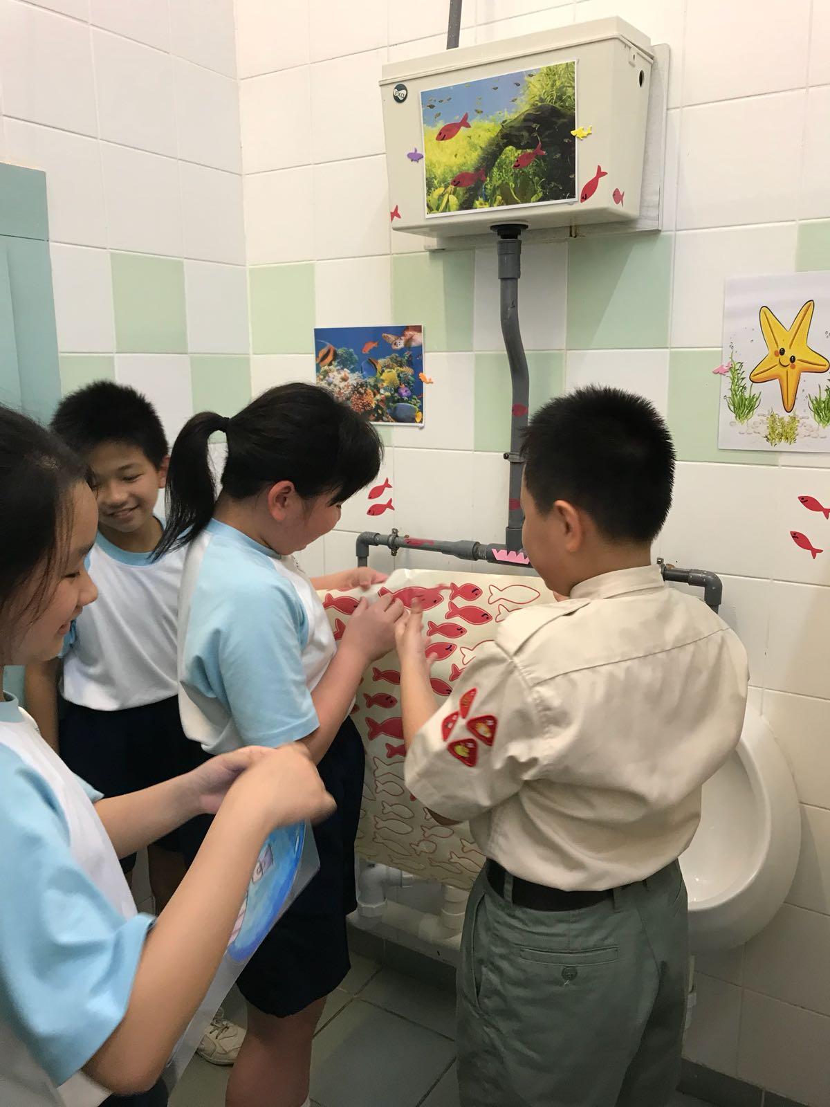 同學認真地為對方設計洗手間