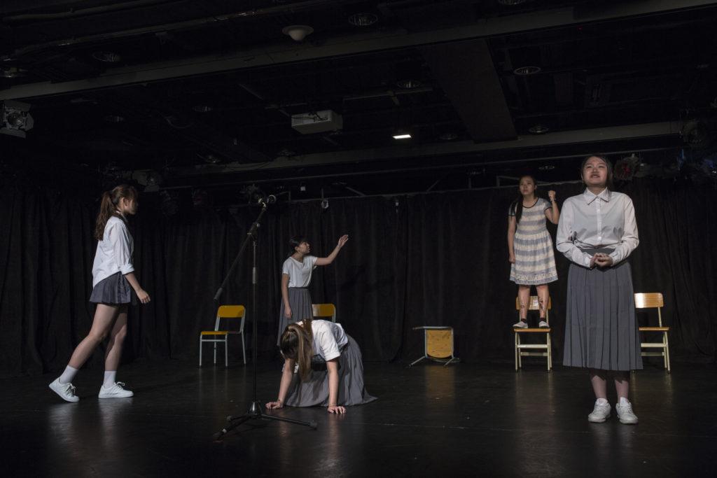學員正在排練劇目的最後一場,以中文科口試為題材,表達學生對教育制度的失望和不滿。