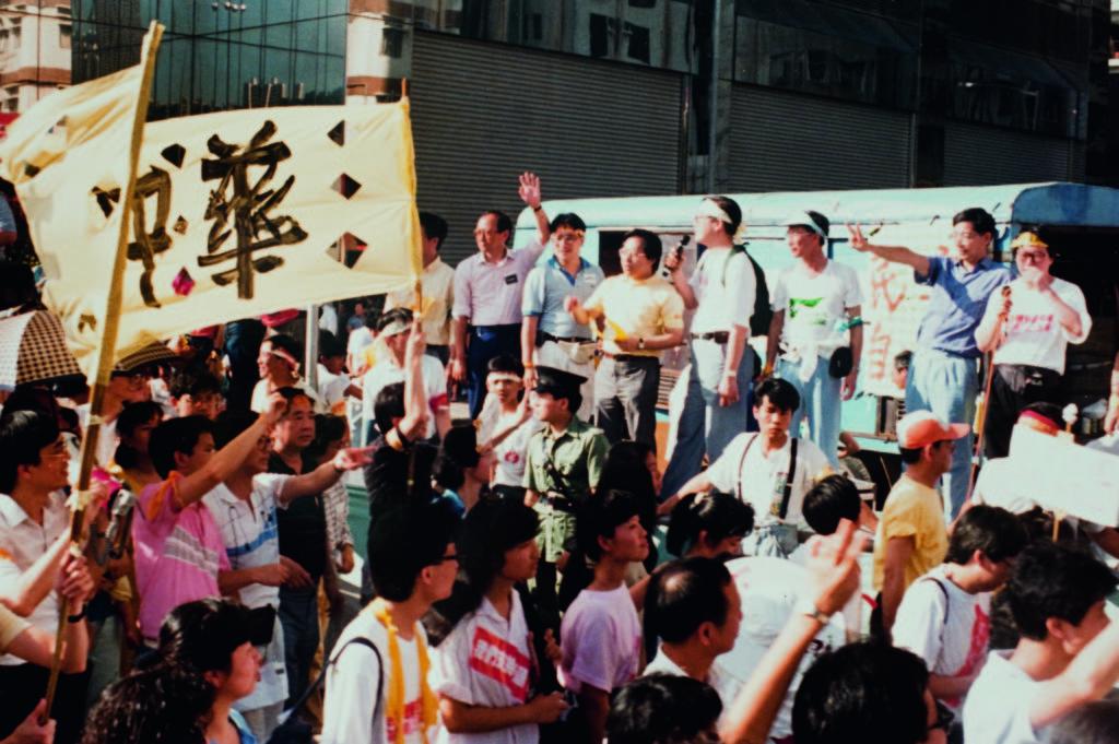 1989年民運期間,何俊仁在前線組織集會遊行。