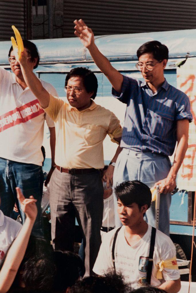 何俊仁(中)與李柱銘(右)站台