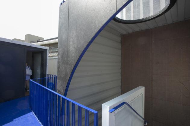 走上樓梯,就能從貨櫃頂走到另一個居室。