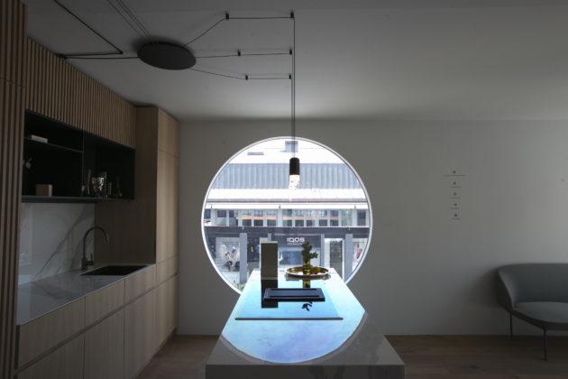 圓形的窗戶與餐桌,形成匙孔般的圖案。