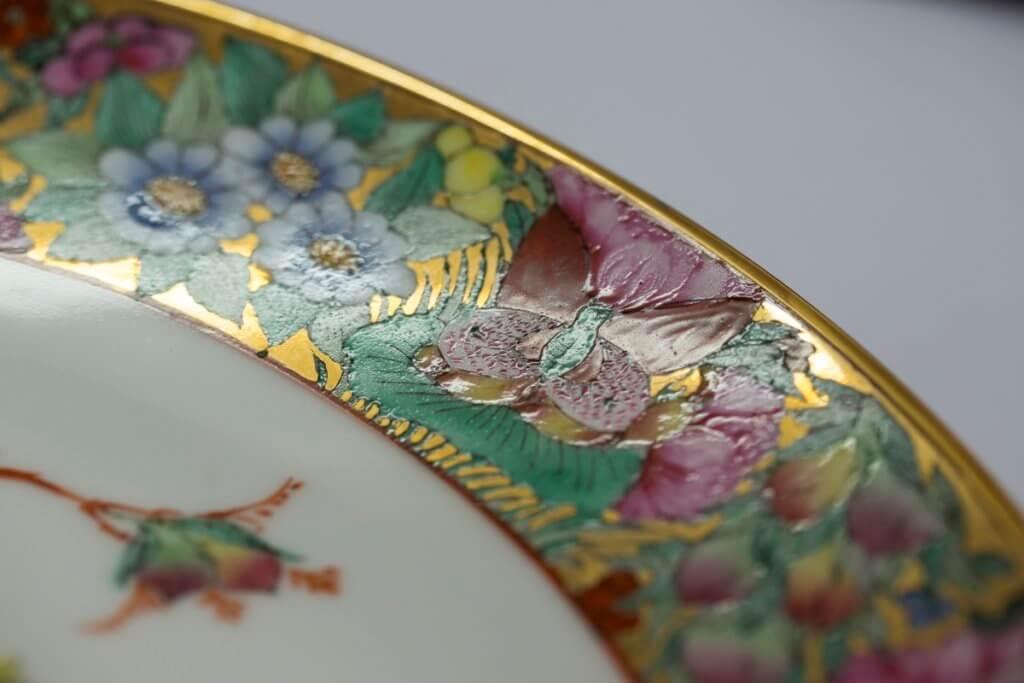 圖案間的虛白之處填滿金彩, 金碧輝煌,所以稱為「織金」。
