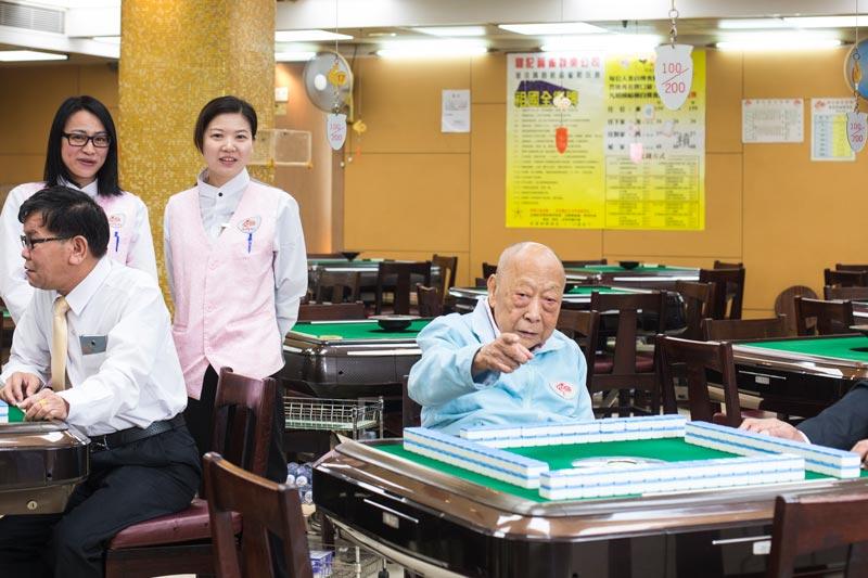九十五歲的鷄叔(右二)來舖巡視