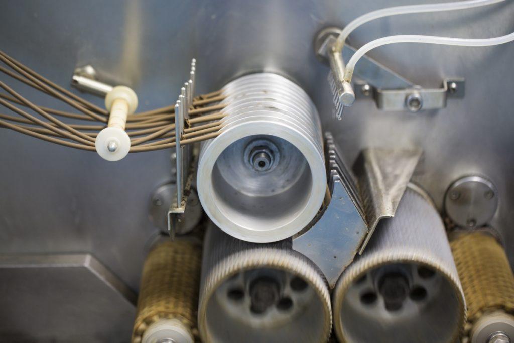 生產工序,藥坨被拉成丸條。