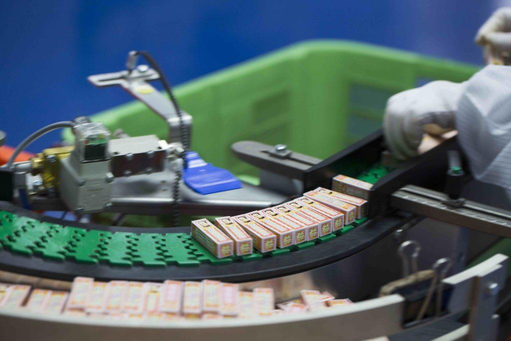 當今的現代包裝自動化節省了許多勞力,工人由人手包裝改為品質監控。