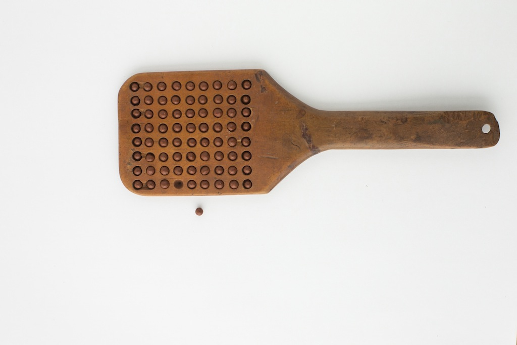 用特製木板一鏟,正好七十二粒。