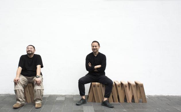 千葉隆博(左)與芦沢啓治(右)因311地震而相遇,他們坐着的可組合座椅AA Stool曾幫助不少災區的居民重建家園。