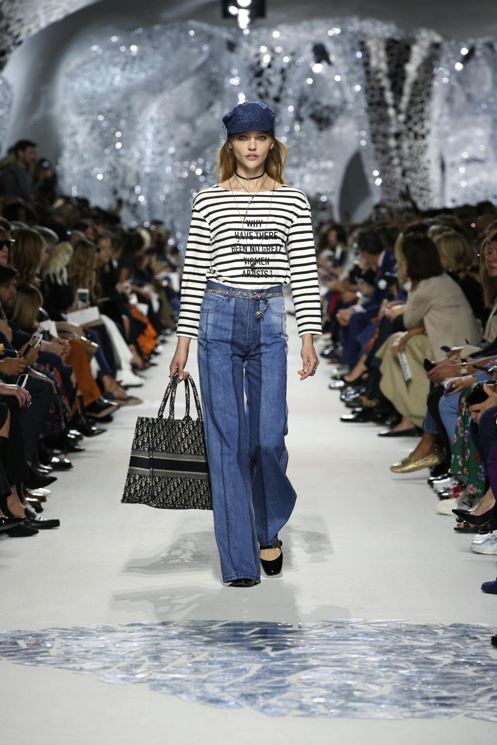 "Dior也湊湊熱鬧,創作總監Maria Grazia Chiuri在2018年春夏系列推出 ""Book Tote""袋款,繡滿品牌名字帆布袋;John Galliano時期的Saddle Bag更在2018年秋冬系列回歸,叫人期待。"