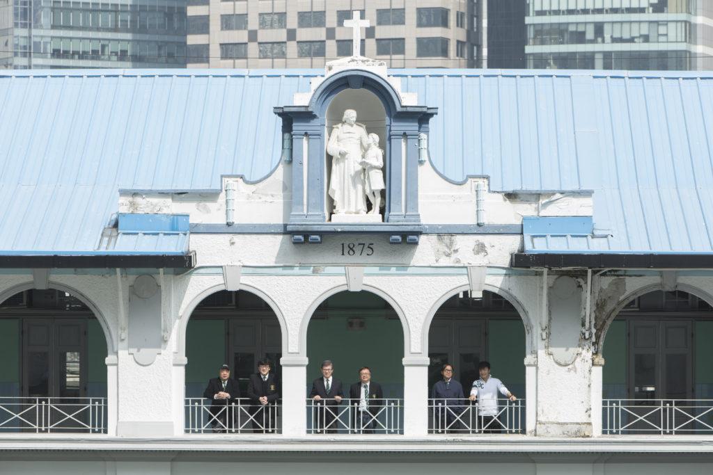 聖若瑟書院為本地首間天主教男子學校。其在北翼的校舍上,樹立着雪白的修士和學生之雕像,這間創立於1875年的男校,無論是屬於哪個年代,或在這兒唸多久,只要曾是這兒學習過,每當大家重遇,總是有談不完的話題。