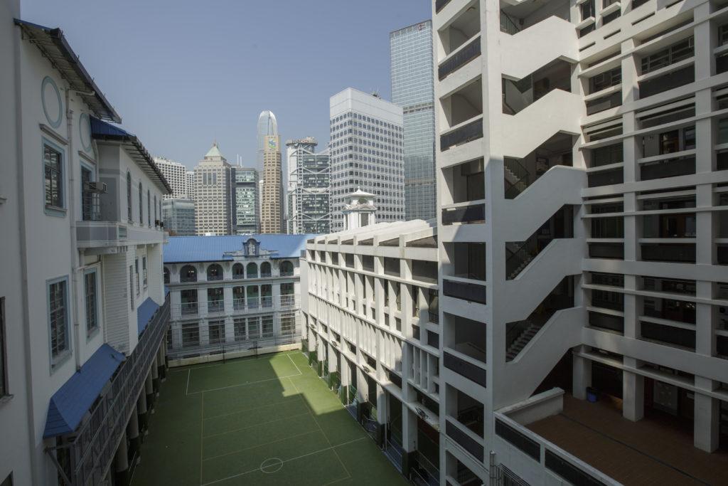 位處中環半山的校舍,旺中帶安靜,從南座極目而望,被高聳入雲的金融大廈環繞着,新、舊時代的建築,形成強烈對比。