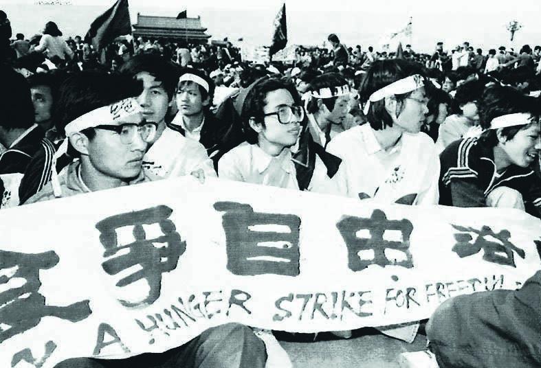 1989年4月18日, 北京學生在天安門集會靜坐。