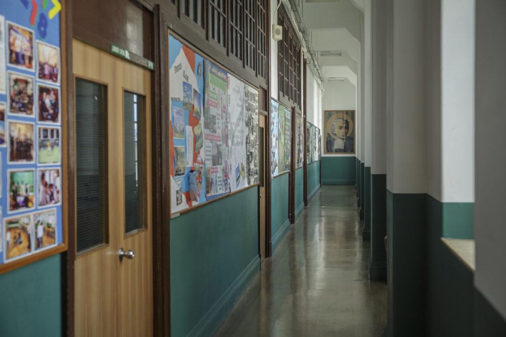 現在校舍的西、北座建於上世紀二十年代,已屬法定古蹟,故內部結構,地上長條木地板、木門等仍保留從前的舊味道。