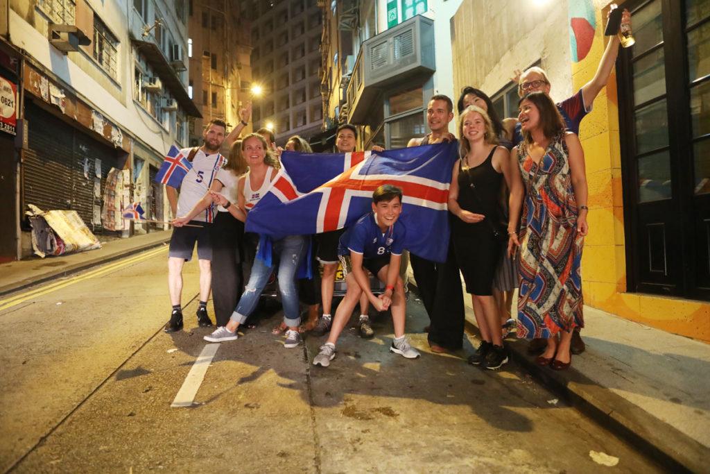 冰島1:1逼和阿根廷,國民在蘇豪區的街道上開始Viking Claps(維京戰嚎)。(後右一 Pétur)