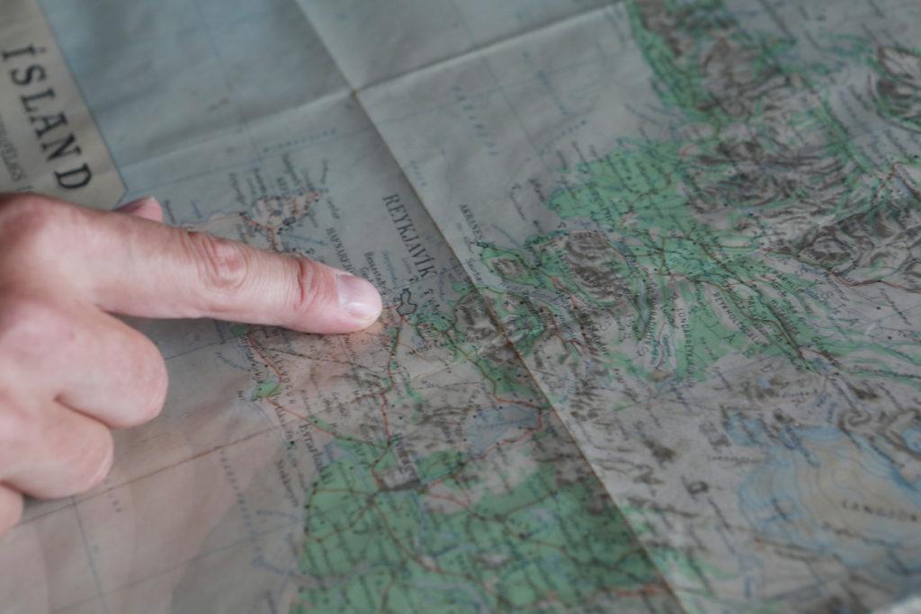 Pétur拿起地圖說,冰島的風景怡人,北面高山不宜居住,冰島人都聚居雷克雅未克。