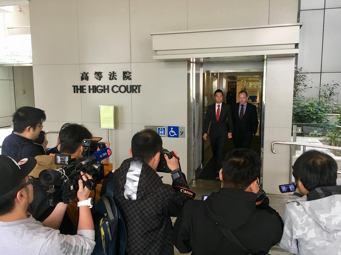 由原訴庭到上訴庭,歷時兩年,梁鎮罡與史葛時不時都會感到沮喪,還好有對方互相支持。