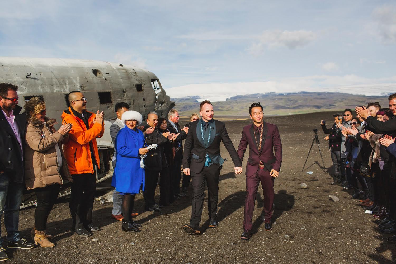 婚禮在冰島南岸Sólheimasandur的著名景點舉行,背景是美軍於1973年遺落冰島黑沙灘的DC-3飛機殘骸。