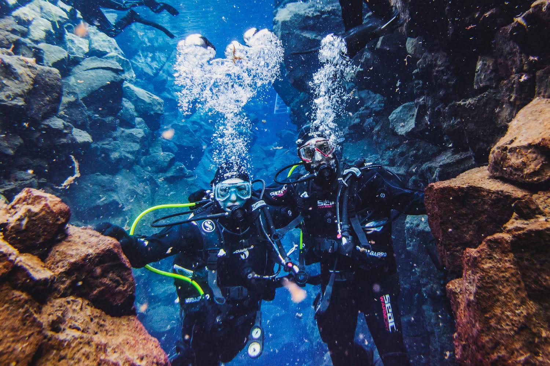 二人都喜歡潛水,特地去冰島朝聖。其中一個地方,左手是歐洲板塊,右手是美國板塊。兩片大陸,在海底可以如此相近;同志平權正反雙方,會否有一天可以取得共識?