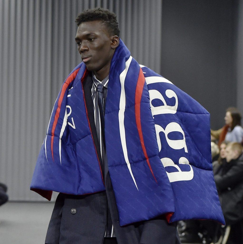 Demna從美國參議員Bernie Sanders競選時所採用的logo為靈感,在與Colette聯乘和 2017年秋冬男裝系列推出多款產品。