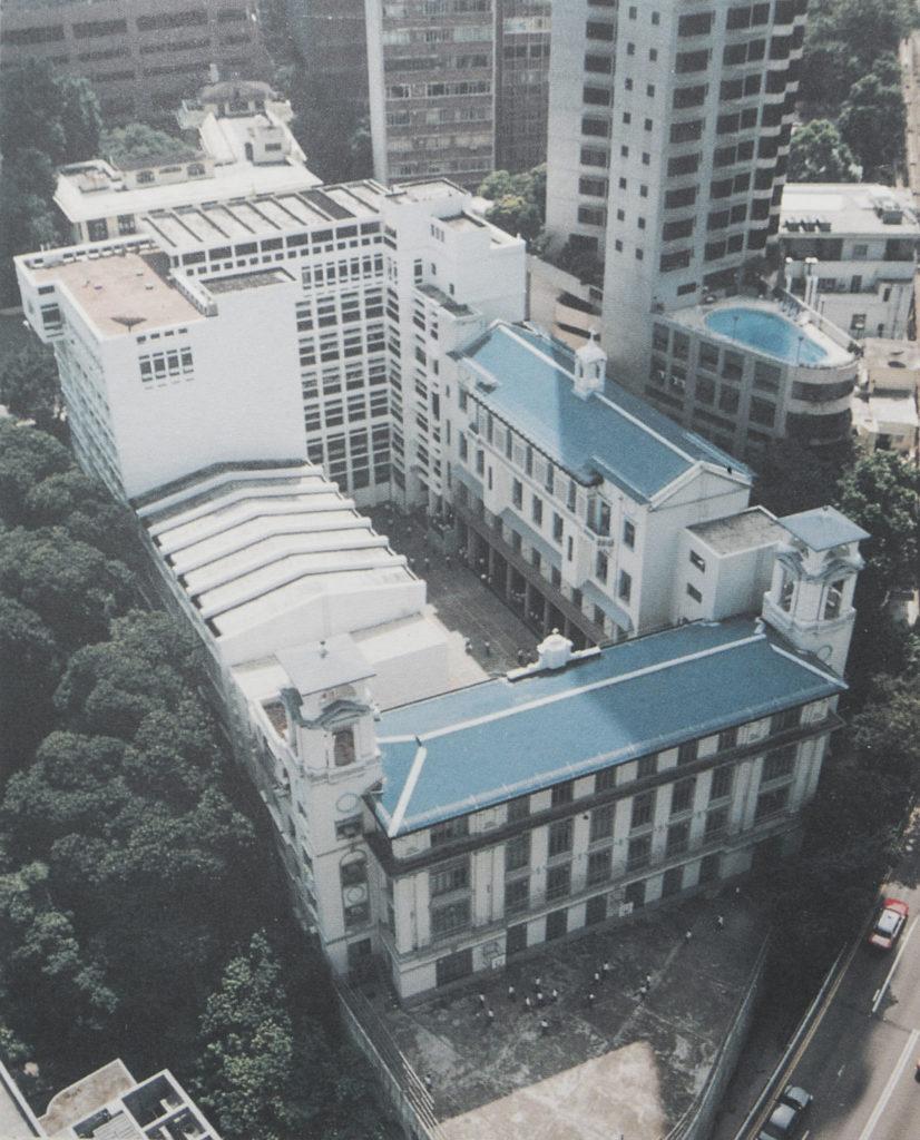 兩座藍色屋頂的校舍即為北座及西座,皆樓高四層,為戰前建築,於2000年被列入法定古蹟。2009年,舊生高錕獲諾貝爾物理學獎,翌年,校方將其在北座求學的地方,命名為「香港聖若瑟書院高錕樓」。