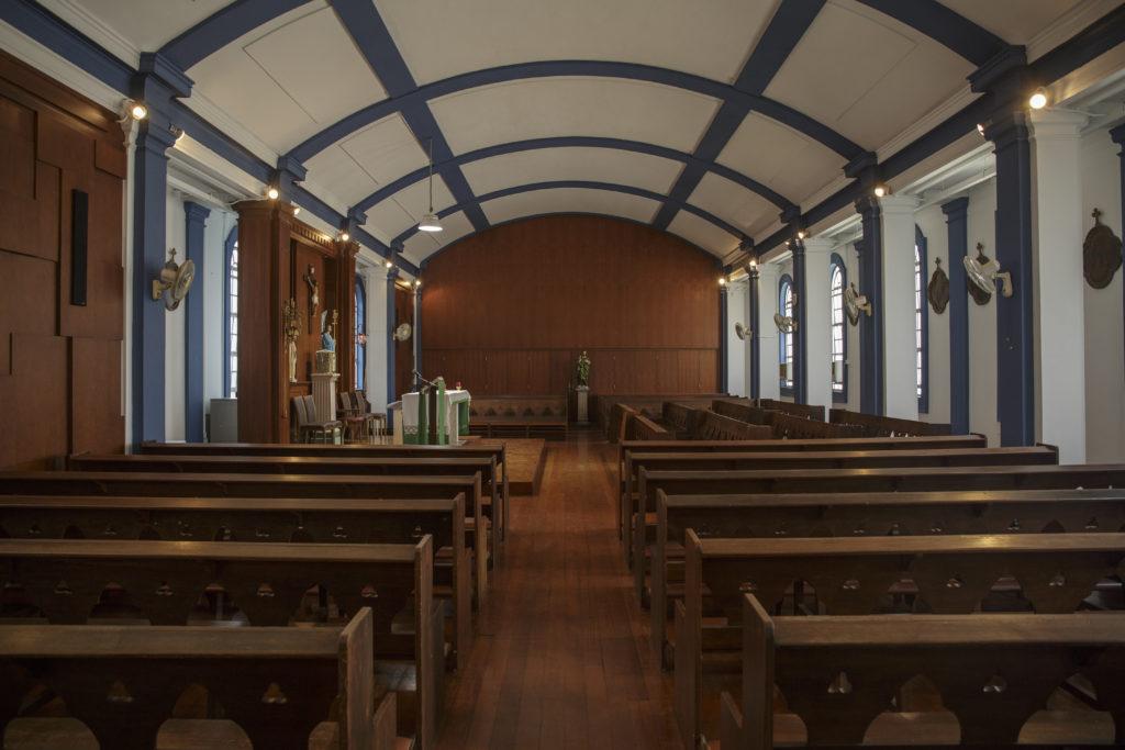 位於校舍西翼頂層的教堂,內進就像時光倒流一樣,圓拱形的天花、藍白色的主調,柚木地板及枱椅,多年來陳設依舊。