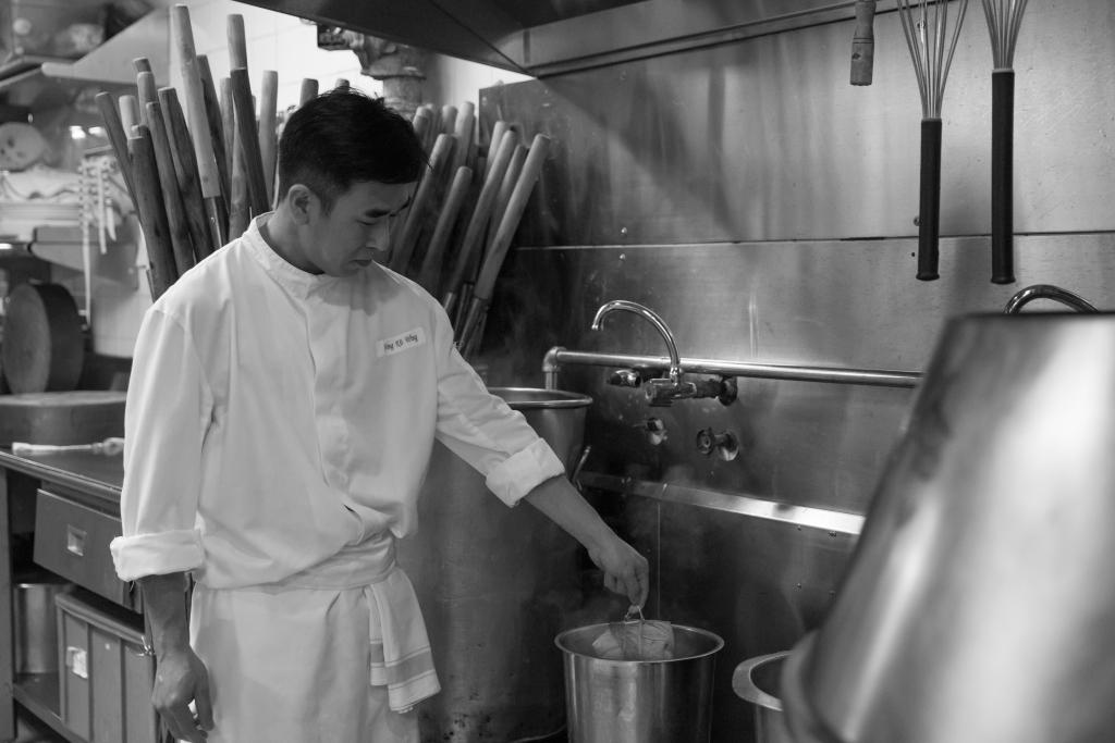 金葉庭是傳統粵菜餐廳,黃師傅說每到端午,一班幫襯多年的熟客們,最期待就是吃裹蒸粽。