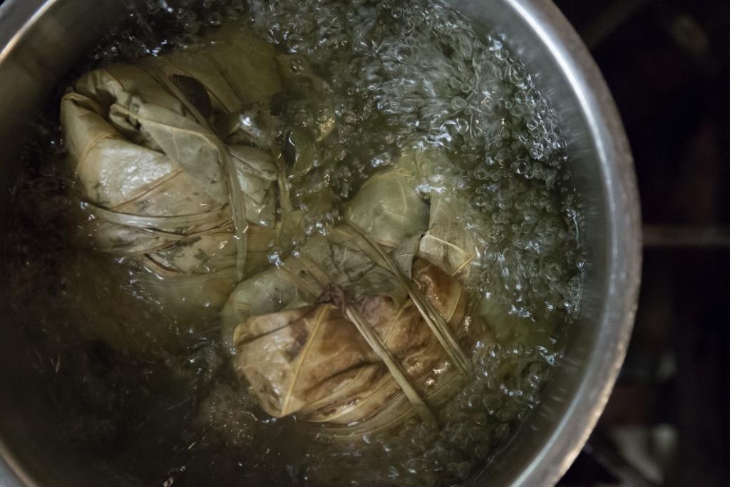 猛火的把裹蒸粽烚8小時,讓草葉香氣迫進糯米裏。