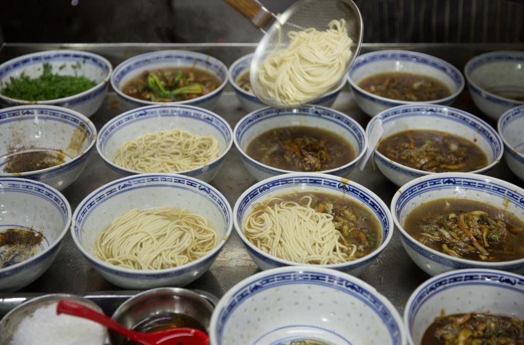 一行八人,一人一碗大腸麵。