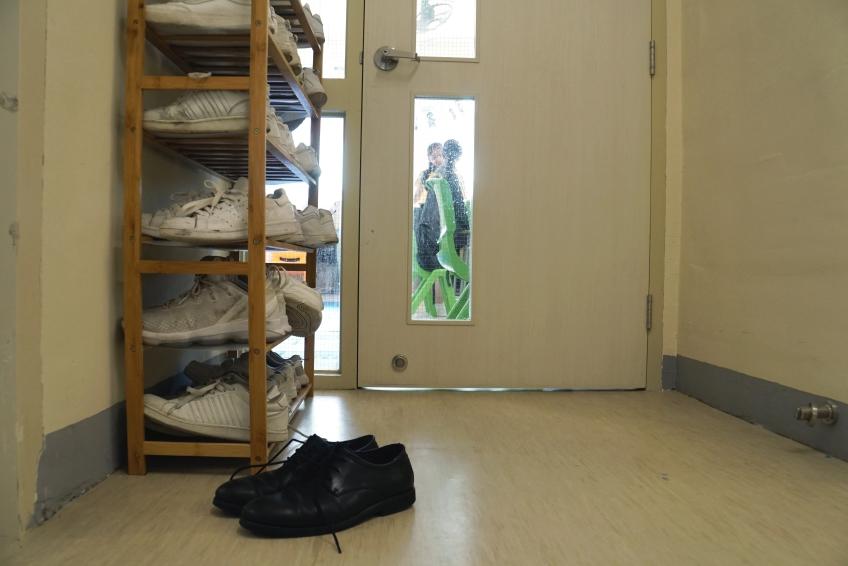 老師也脫下鞋子,與學生平起平坐,會是怎麼一回事?
