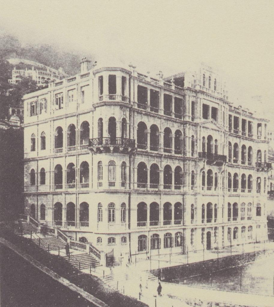 現在學校正門出入的主大樓,又稱為南座,其前身是德國會所。其於第一次世界大戰爆發後一直丟空,1921年翻新成書院校舍,直至1962年被拆卸,重建為現今的新行政主樓(即南座)。