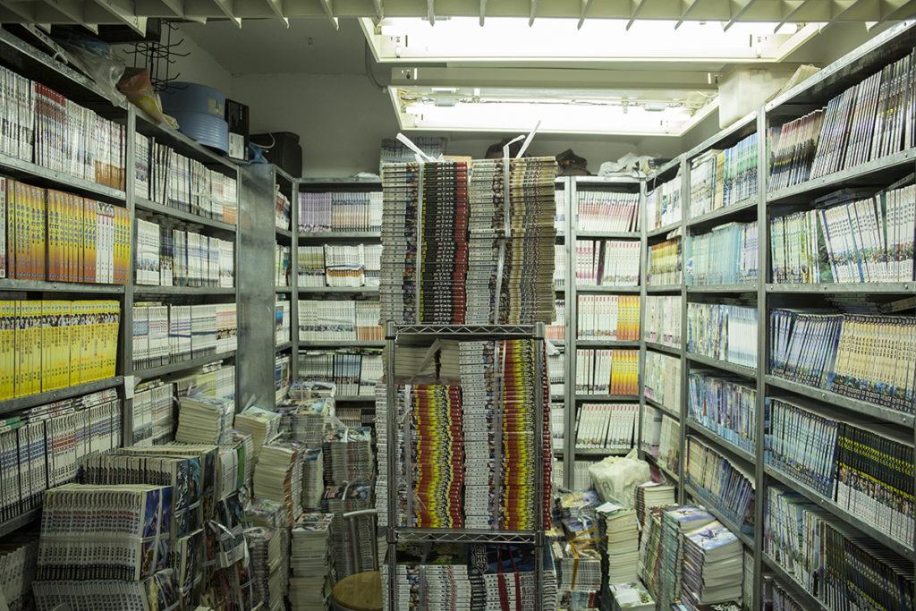 書店只有百來平方呎,小小的空間塞滿了書,也填滿了借書者的期望。