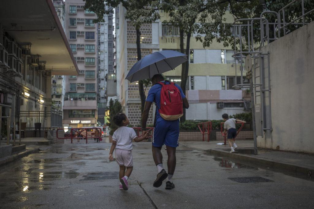 黑人在香港遇到的風雨比平凡人都多,Medard自小教女兒學會堅強與愛抵歧視。